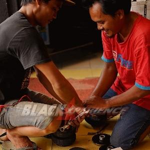 Crew Akasia sedang mempersiapkan air suspension