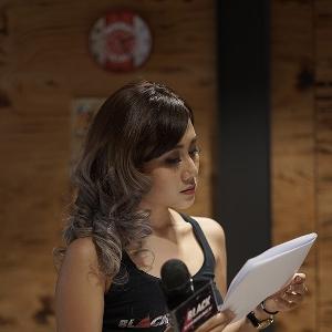 Aurelia Mei membaca naskah disela syuting berlangsung