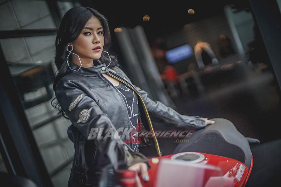 Valencia Tiffany -Penggagum Motor Besar Yang Seksi