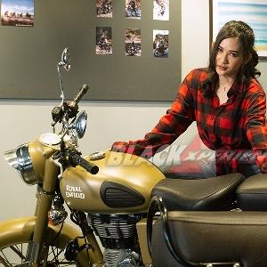 Reina Manse, Pengen Ridingi Pake Motor Klasik ke Pantai