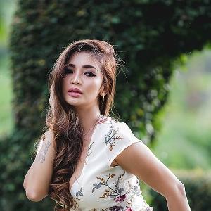 Indri  Lestari - Penyukai Pria Bermotor dan Atletis -