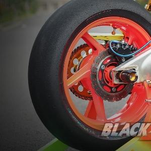 Velg Delkevic 5 inchi dengan ban Pirelli Diablo Superbike