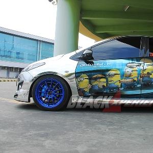 Bagian samping Mazda2 street racing