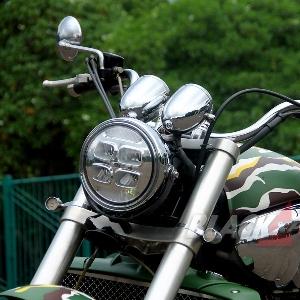 Headlight Daymaker milik Harley-Davidson menggantikan lampu aslinya