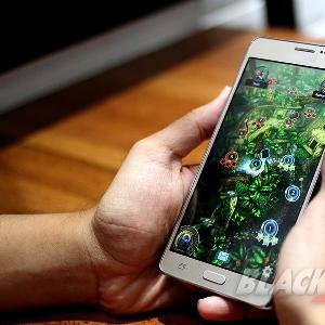 Samsung Galaxy On 7, Layar Lebar Performa Standar