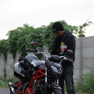 Jupri, anggota BMC Jakarta Barat sekaligus modifikator bengkel 3 Putra Motor bersiap sebelum menguji kendaraan
