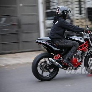 Jupri menunjukan bahwa motor modifikasi anggota BMC Jakarta Barat layak jalan