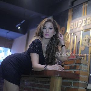 Paulina Gozal, Pilih Modelling atau Nyanyi?