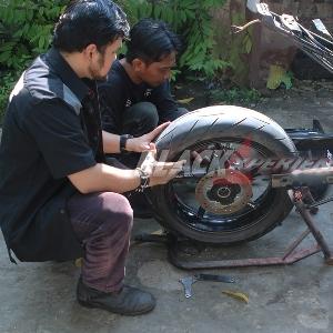 Saling membantu memasang roda