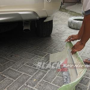 Merapikan moulding bumper belakang
