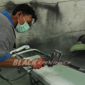 Aktivitas mekanik saat proses epoksi bodikit Toyota Vellfire