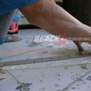 Crew memotong serat mat untuk lapisan cetak bodikit
