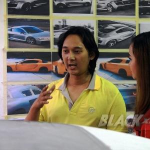 Ridwan sedang menjelaskan rencana modifikasi kepada Tya Yustia