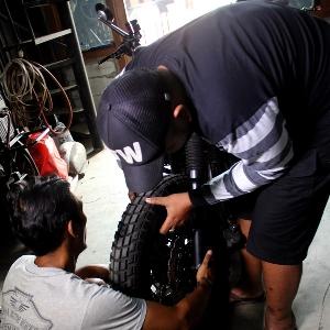 Pemasangan roda depan