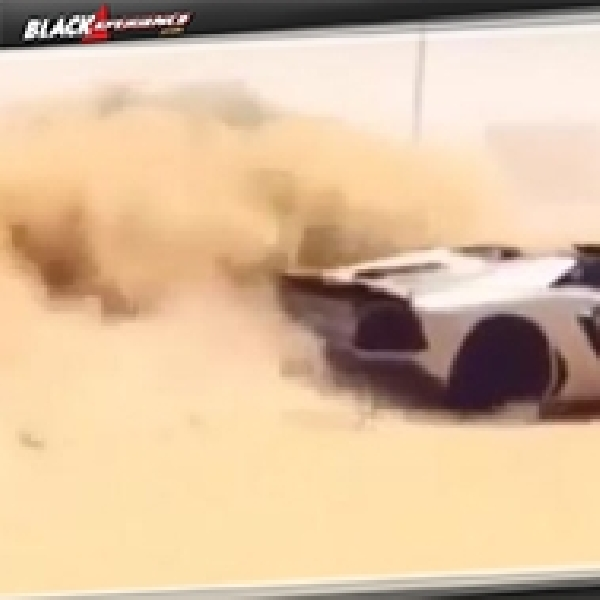Drifting Lamborghini Aventador Roadster di Atas Pasir