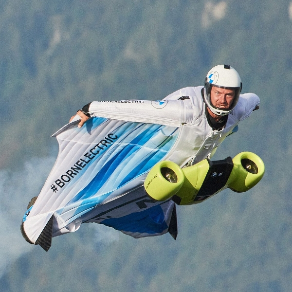 """BMW Menggebrak dengan """"Electrified Wingsuit"""" Tanpa Emisi"""