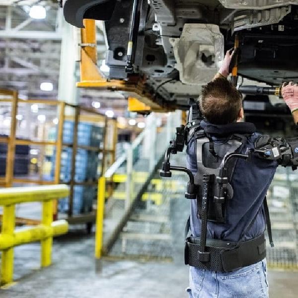 Pekerja Ford Gunakan EksoVest Guna Hindari Cidera