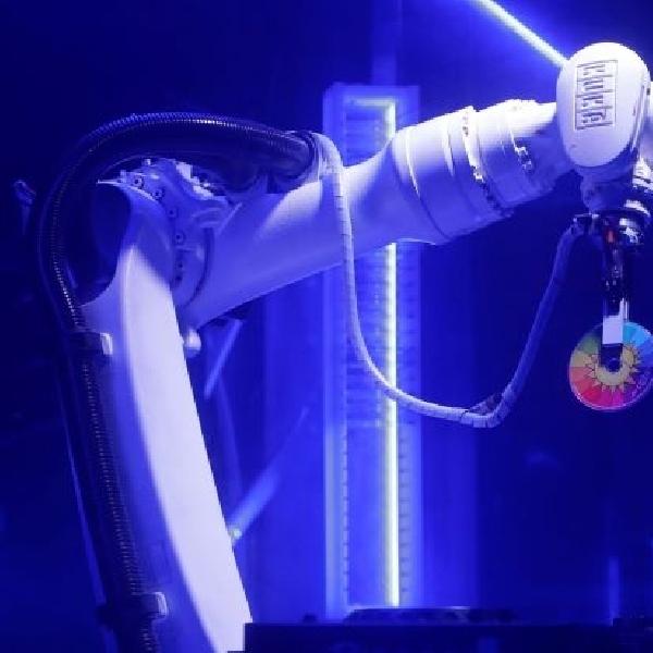 Kuka Robot DJ ini Mampu Memutar, Scratches  dan Berdansa