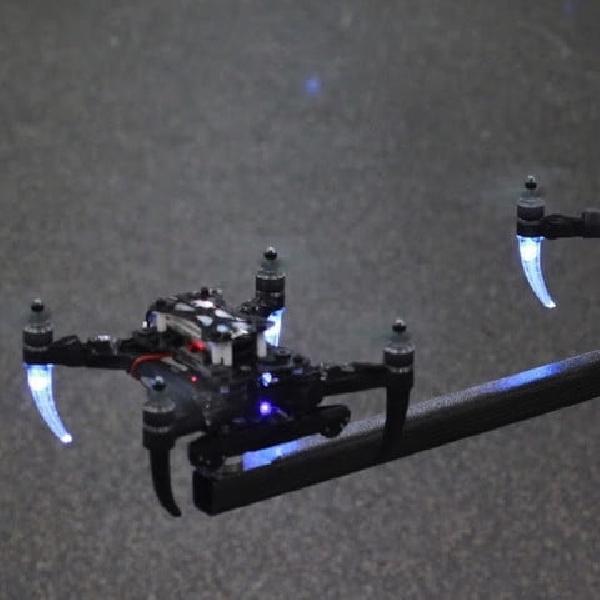 Lupakan Forklifts, Sepasang Drone ini Mampu Bekerja Kolektif Pindahkan Obyek