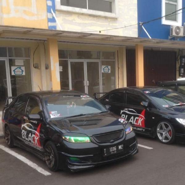 BCC Karawang Bersama PKMK Bagi-bagi Takjil untuk Pengguna Jalan