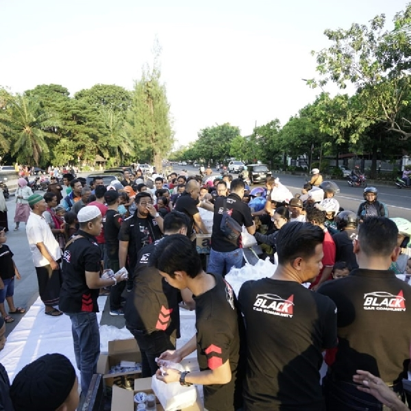 BCC Solo, Mobilizers Solo dan Oddysey Indonesia Chapter Solo berbagi Takjil on The Road
