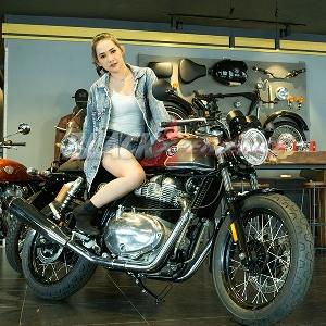 Reina Manse, Riding Pake Motor Klasik ke Pantai Lebih Oke