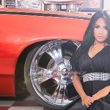 Pose Seksi Santi VS Pontiac GTO