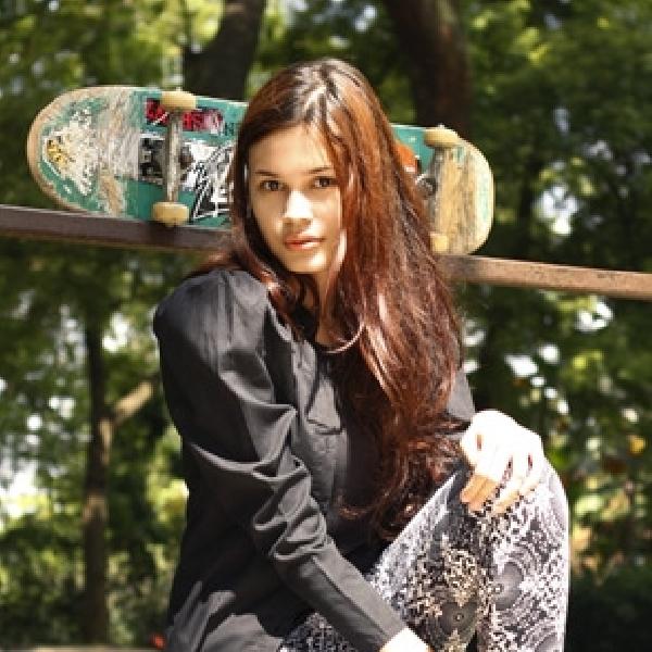 Aksi Atraktif Luciana Bermain Skateboard
