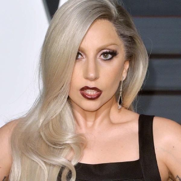 Lady Gaga Tampil Cantik Menyanyikan Lagu John Lennon
