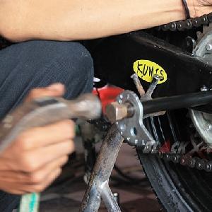 Pasang as roda belakang