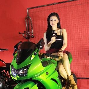 Putri Lanna berpose diatas Kawasaki Ninja250 modifikasi