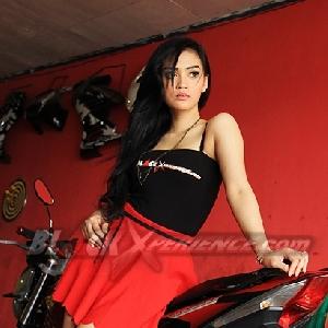 Putri Lanna berpose dengan Honda CS One