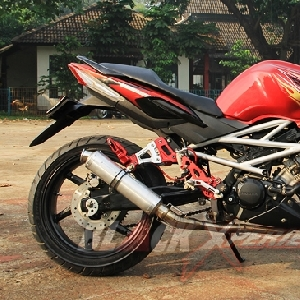 Tampak samping Honda CS One modified into street figther