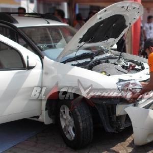 Proses bongkar bumper asli Renault Duster