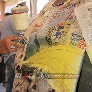 Penyemprotan warna kuning untuk pelengkap  gradasi airbrush