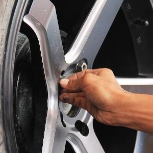 Pasang baut roda