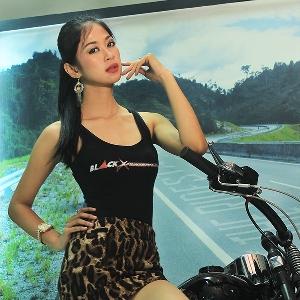 Astari Aslam berpose dengan Harley-Davidson Softail EVO