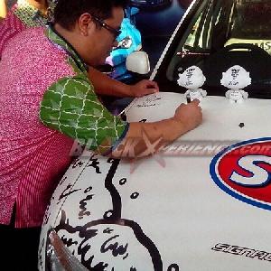 Ario Soerjo, perwakilan Renault Indonesia melakukan penadantanganan di atas kap mesin Renault Duster