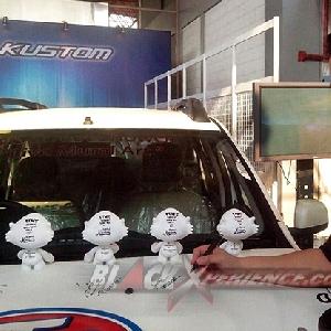 Edy, perwakilan Wollsdorf melakukan penandatanganan di atas kap mesin Renault Duster