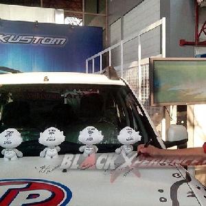 Andre perwakilan dari Autovision melakukan proses penandatanganan di atas kap mesin Renault Duster