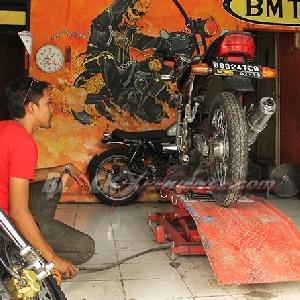 Bobby, builder bersiap membongkar motor
