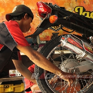 Tim BMT membuka baut as roda