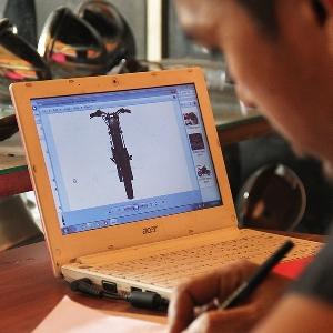 Konsentrasi dalam menggambar, dibantu dengan gambar referensi dari Yahdi dan Gege, pemilik motor