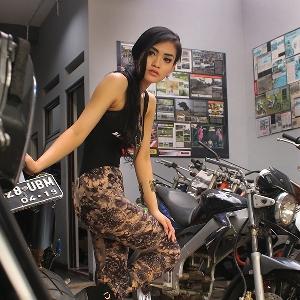 Putri Lanna berpose di area kerja bengkel Caos Custom Bike