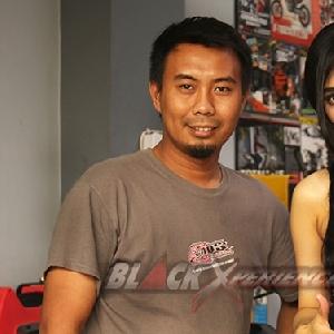 Lerry, pemilik bengkel Caos Custom Bike (kiri), Putri Lanna, host (kanan)