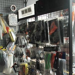 Display parts modifikasi di area store Caos Custom Bike