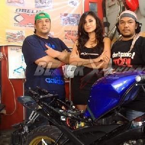 Aurelia Mei (tengah) dan crew Obelix Xtreme Motorcycle