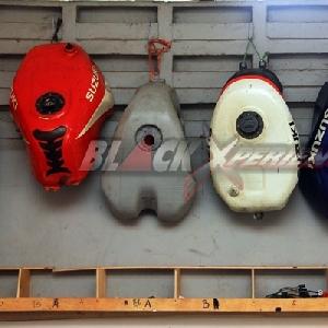 Jajaran tangki yang terdapat di bengkel Obelix Xtreme Motorcycle