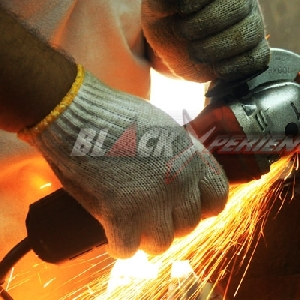 Memotong besi untuk pembuatan bosh