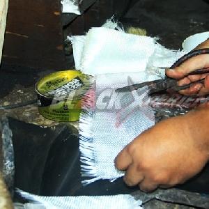 Menggunting bahan untuk cetak fiber
